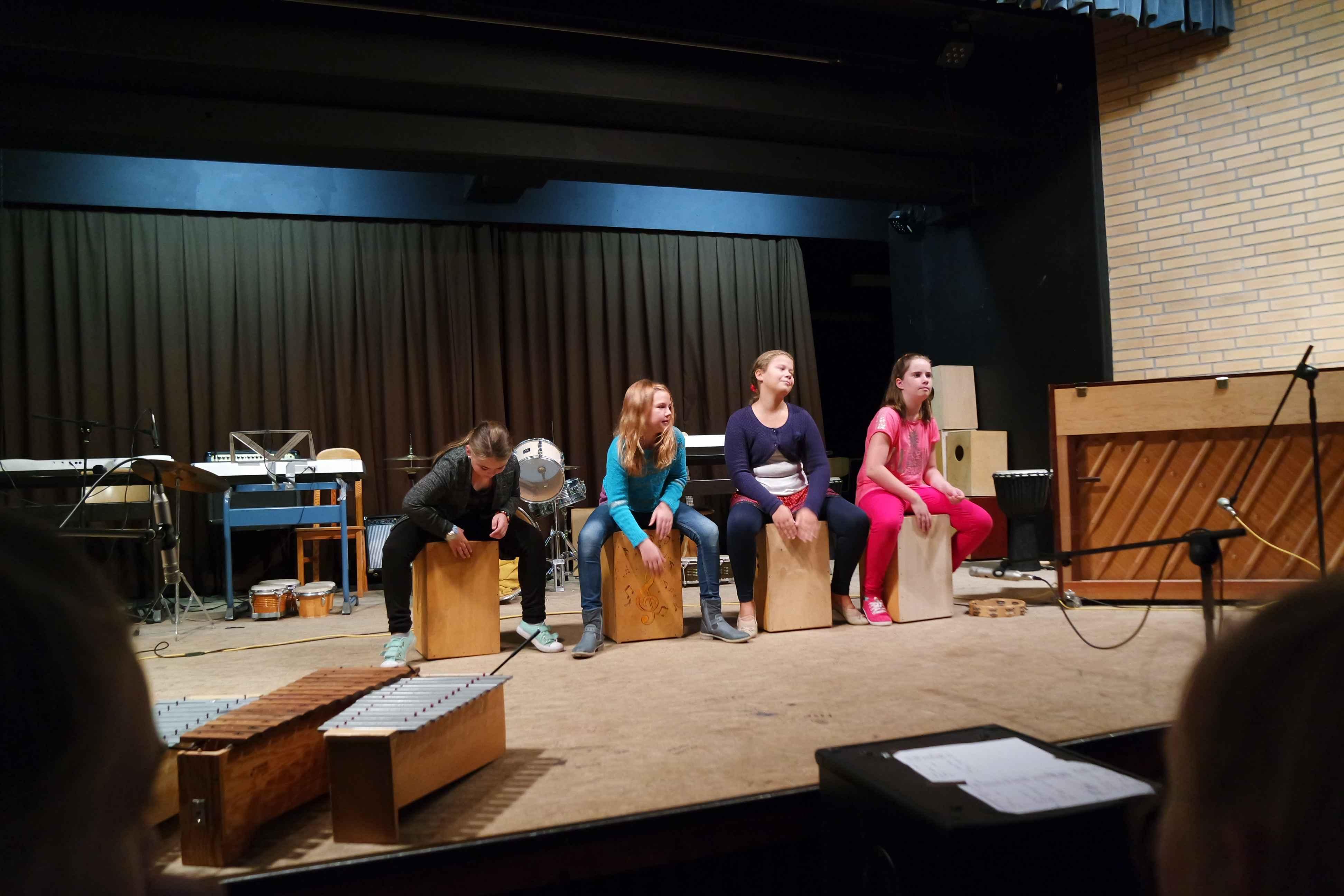 Schülerinnen der Klasse 5 führen ein eigenes Percussionstück vor