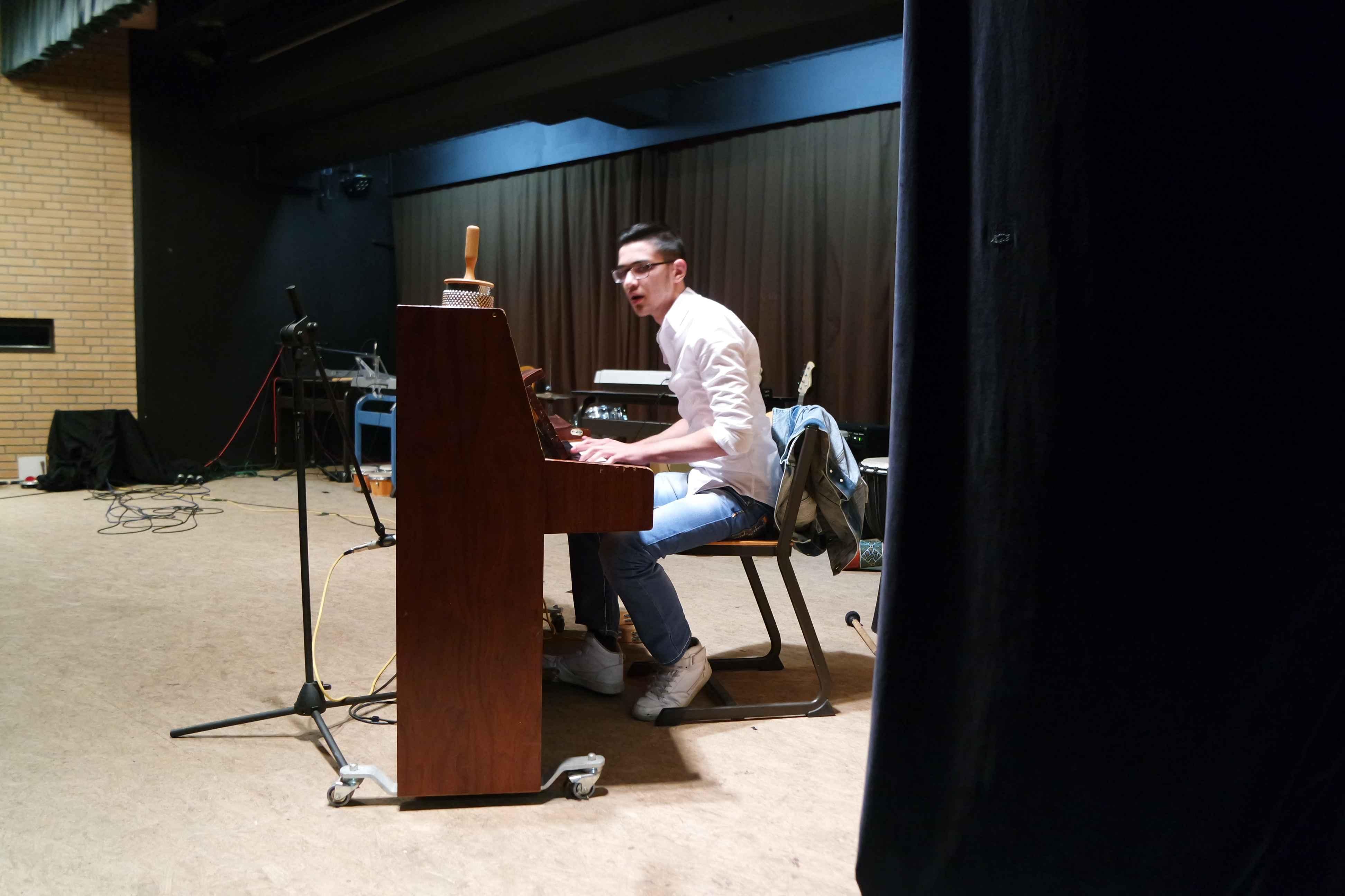 Leandro aus der 9c mit einem eigenen Stück am Klavier