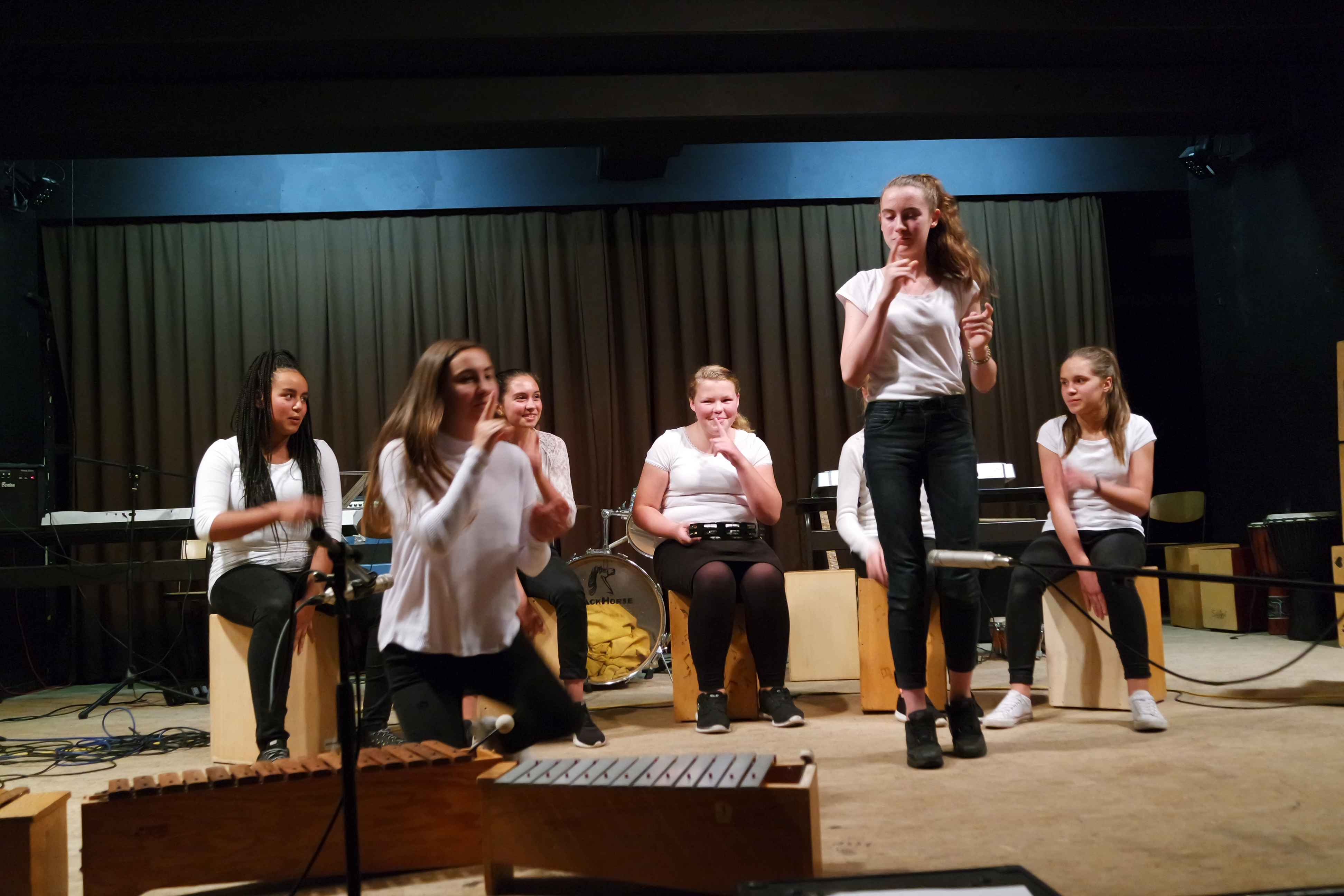 In Action - Mädels der 8e auf der Bühne