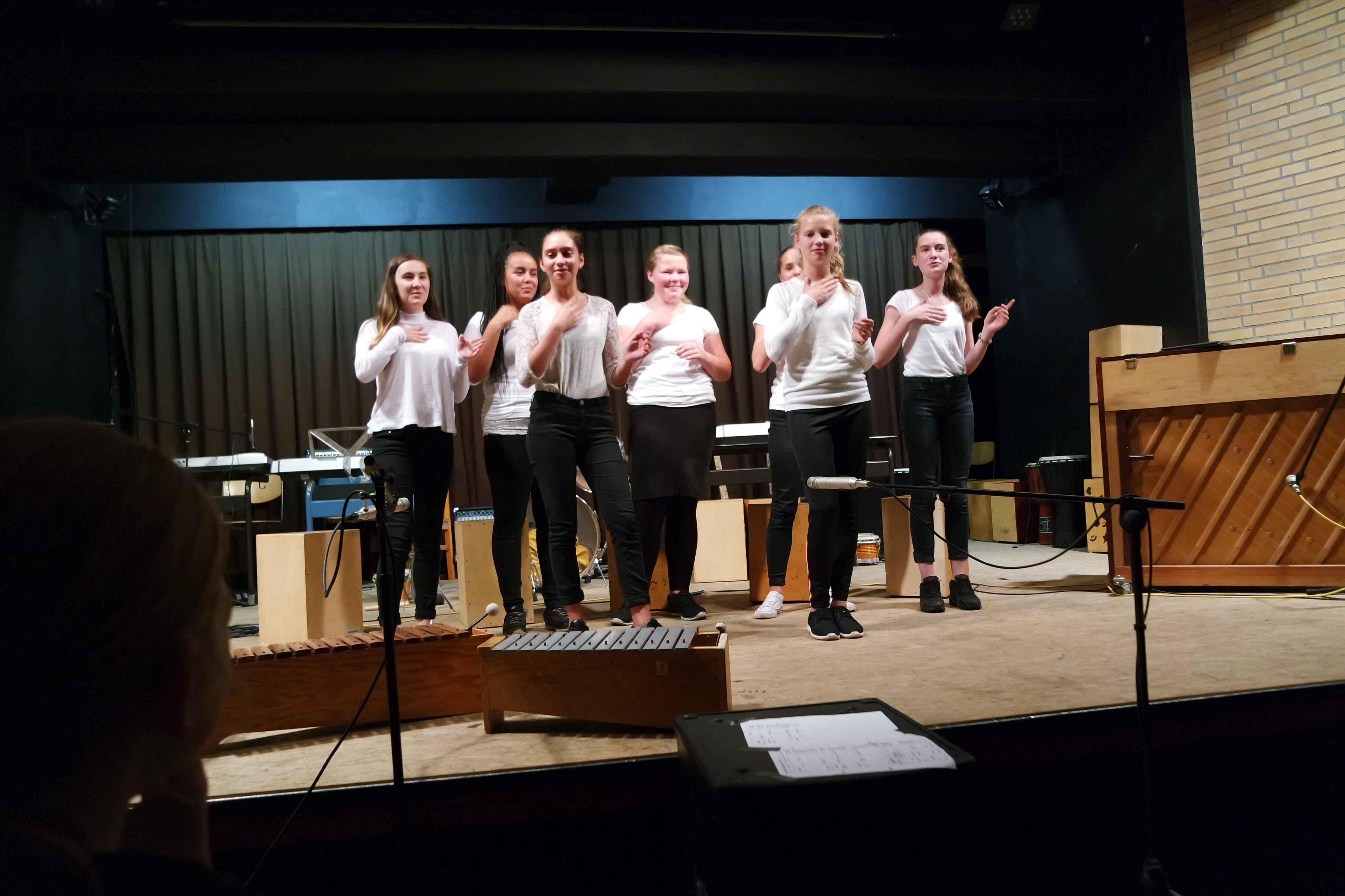 Schülerinnen aus der 8e führen ein Percussionstück vor